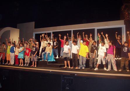Quin goig veure dalt de l'escenari més de 500 infants i joves fent-nos vibrar a una sola veu