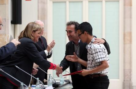 Foto: Ramon Boadella. Jordi Lobo, tutor del programa, recull el premi del Parlament acompanyat d'un alumne.