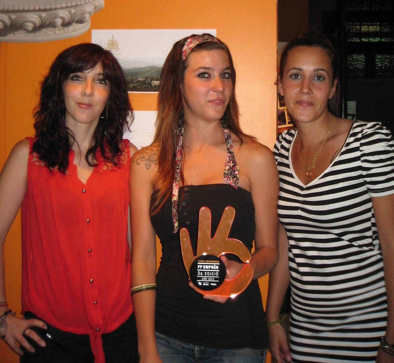 La Taïs, l'Emma i l'Anahid, amb el premi Emprenedor d'FP Emprèn de la Xarxa FP de Barcelona.