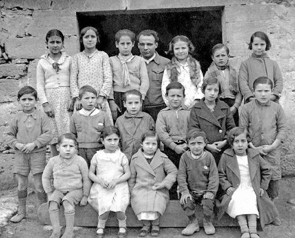 Antoni Benaigues, envoltat dels seus alumnes.