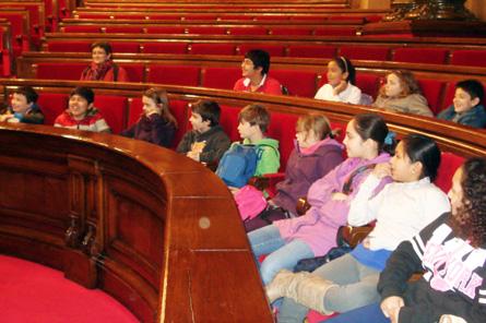"""""""Parlament inclusiu: dos alumnes de  la USEE amb els seus companys de 5è al Parlament"""""""